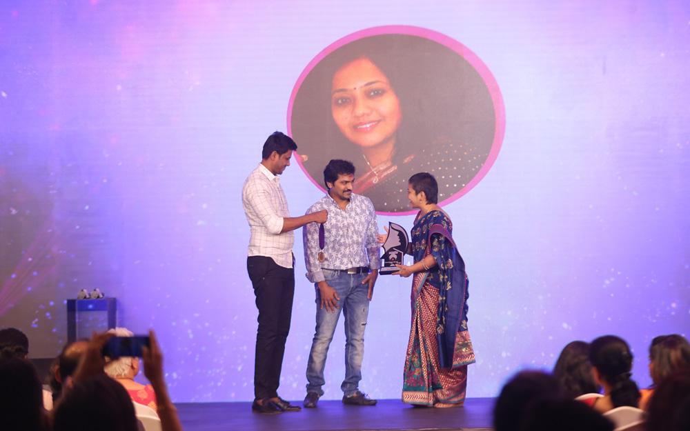 Viji receiving the Naturals Homepreneur Award 2018